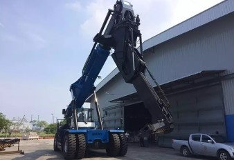 SANY reach stacker with tilting spreader wins high praise in Port Kelang West of Malaysia