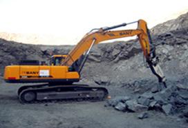 Excavadora grande y mediana en la construcción de la Mina Hierro en Perú