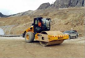 Compactadora y motoniveladora en la construcción de la carretera de la mina de oro Pucamarca