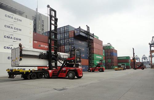 Chargeuse à conteneurs vides SANY au port de Hong Kong