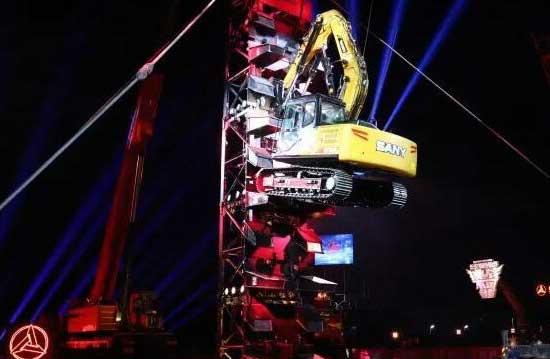 Défier l'impossibilité|SANY Pelle grimpe sur la tour de fer de 18m à la veille de Noël