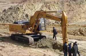 حفارة ساني SY220C شاركت في بناء خزان كبير بتونس