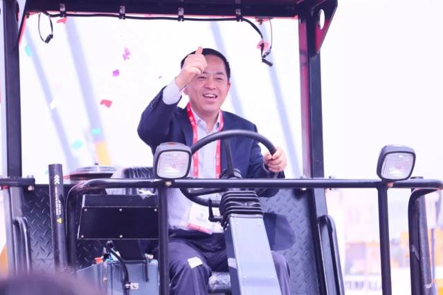Excon 2017 Opens, President Xiang Wenbo Test-drives Local Roller