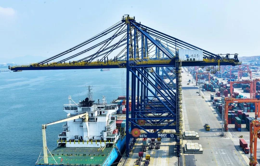 Secret Disclosure of Prime STS in Zhuhai Port It takes less than two minutes to finish operations from positioning in the air, spreader landing onto container and hoisting, trolley shifting back, and two 30 tonnage containers are moved from truck to containership.